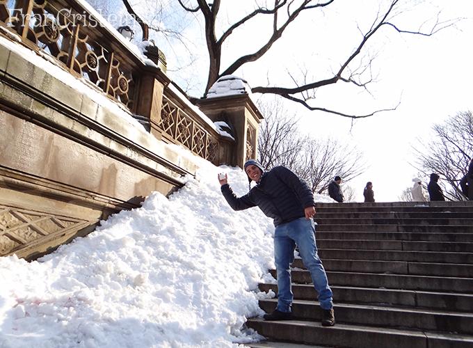 João jogando neve nimim