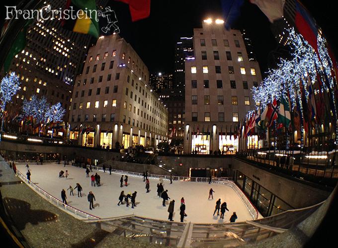 A pista do Rockefeller e os prédios e lojas do complexo