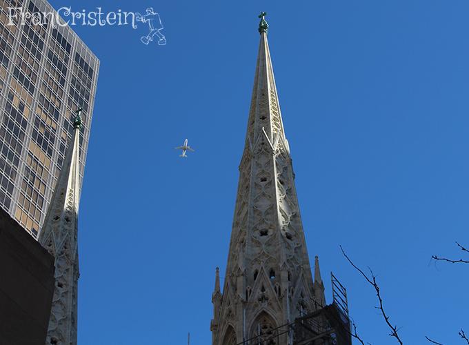 Saint Patrick's Cathedral e um avião