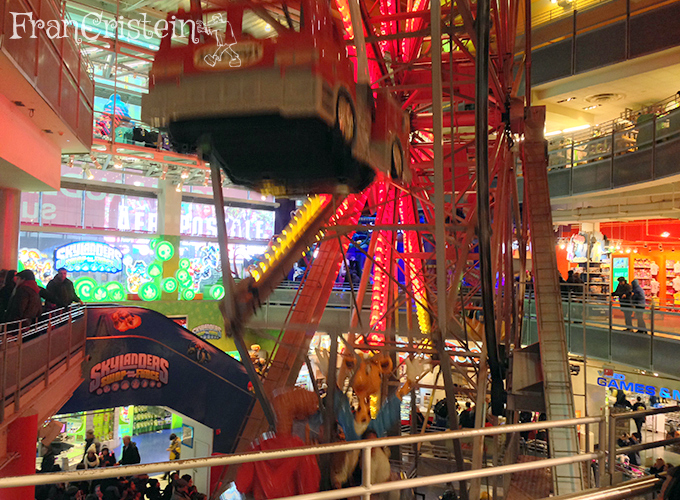 Roda gigante dentro da loja Toy'R'Us