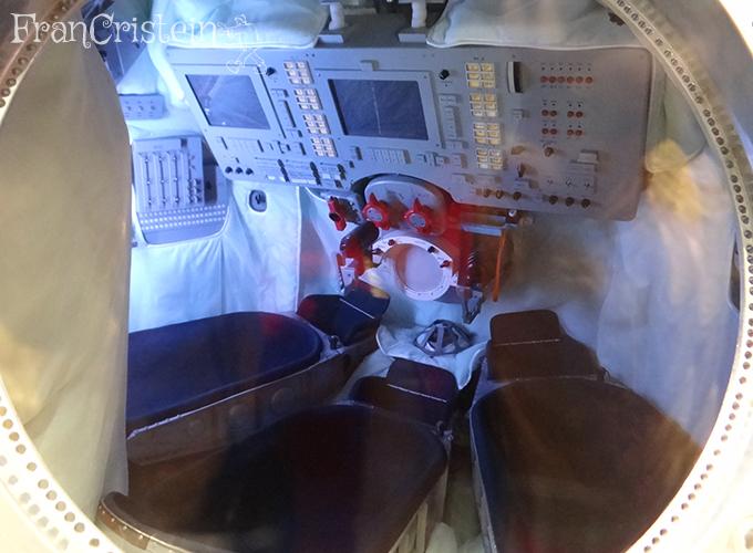 Cápsula espacial para 3 pessoas, mas em casos especiais serviam 16. Não sei aonde.
