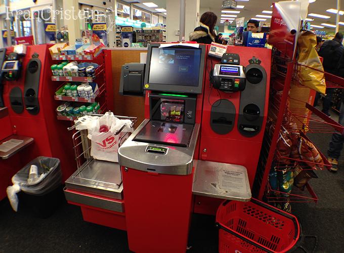 Caixa da CVS: tu mesmo passa os produtos, paga e empacota. Imagina no Brasil?