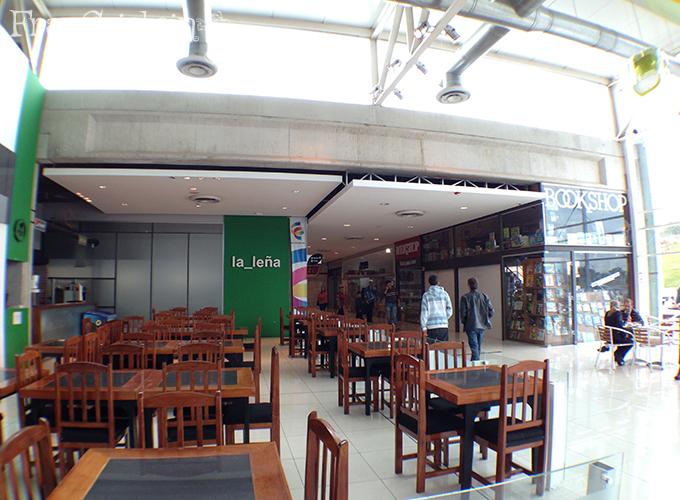 """Restaurante """"parrillada"""" La Leña, corredor para banheiros e mercado, e lojas"""
