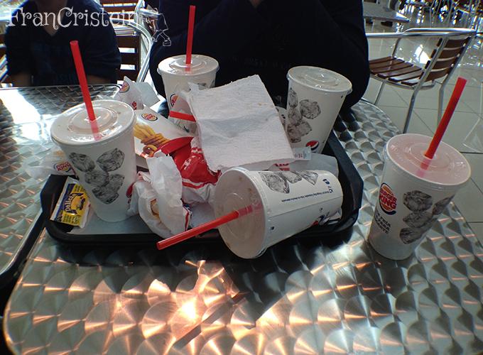 Fomos de Burger King porque a pizzaria La Leña tava fechada :(