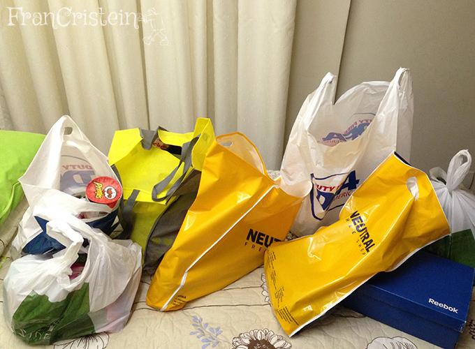 Sacolas do primeiro dia de compras, no quarto do hotel