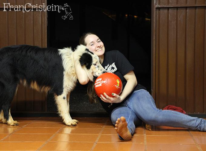 Panda adorando tirar foto, eu suada e com os pés descalços (joguei bola assim) e a bola vermelha da copa