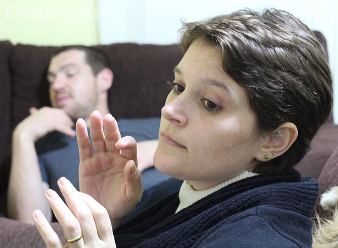 Marido e mulher gorilas com suas mãos divas em posição OMG