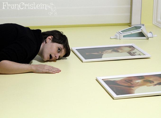 Deitada no chão de quadros e luz (?)