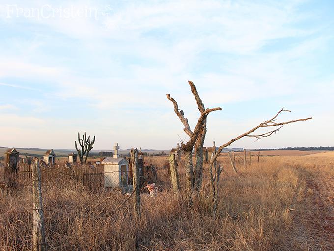 Cemitério abandonado no meio da coxilha