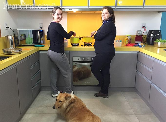 Primeira refeição no fogão novo, com participação da Fran e do Érico (e sempre da Lassie)